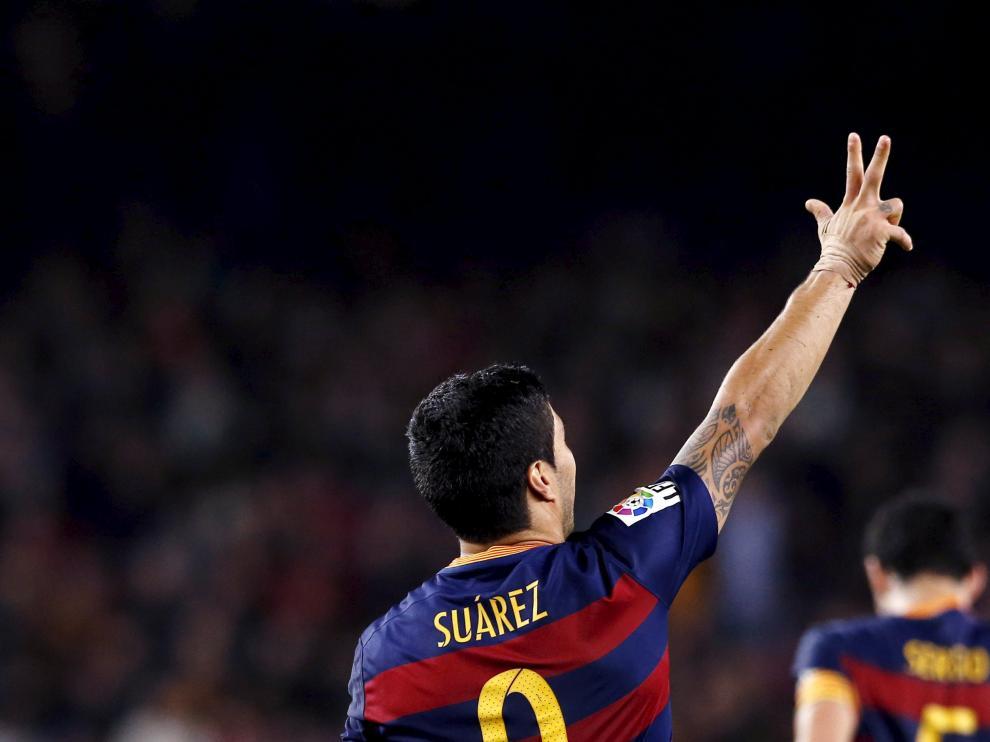 Luis Suárez celebra su tercer gol de la tarde