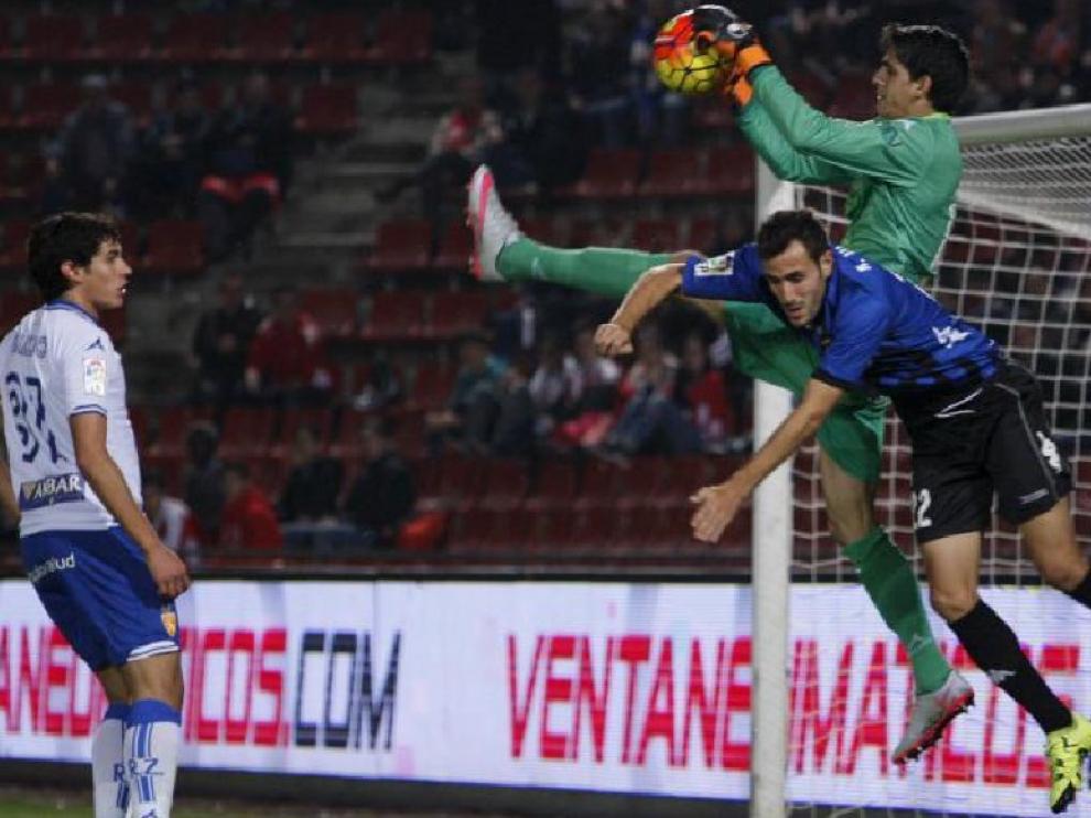 Bono atrapa el balón ante Kiko Olivas, jugador del Girona, en el partido disputado ayer en Montilivi.