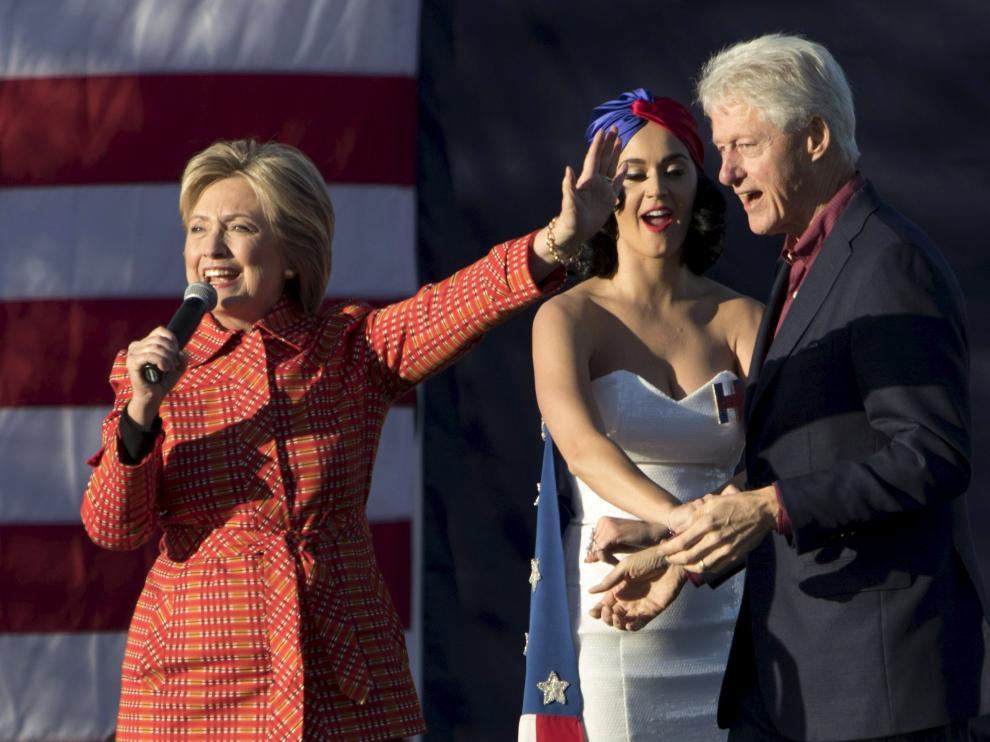 Bil Clinton baila con Katy Perry durante la intervención de Hillary Clinton en Iowa