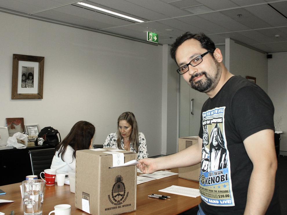 Un argentino residente en Australia vota en Sidney.