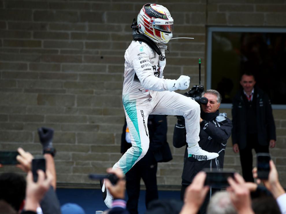 Hamilton celebra la victoria en la carrera y en el Mundial