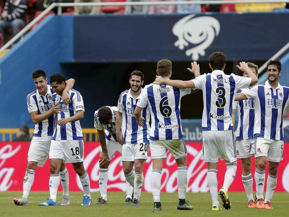 Los jugadores de la Real celebran un gol en Valencia