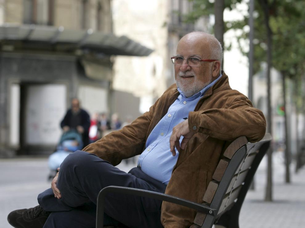 Víctor Morlán, de 68 años, es diputado por la provincia desde 1986. En la foto, sentado en uno de los bancos del Coso oscense.