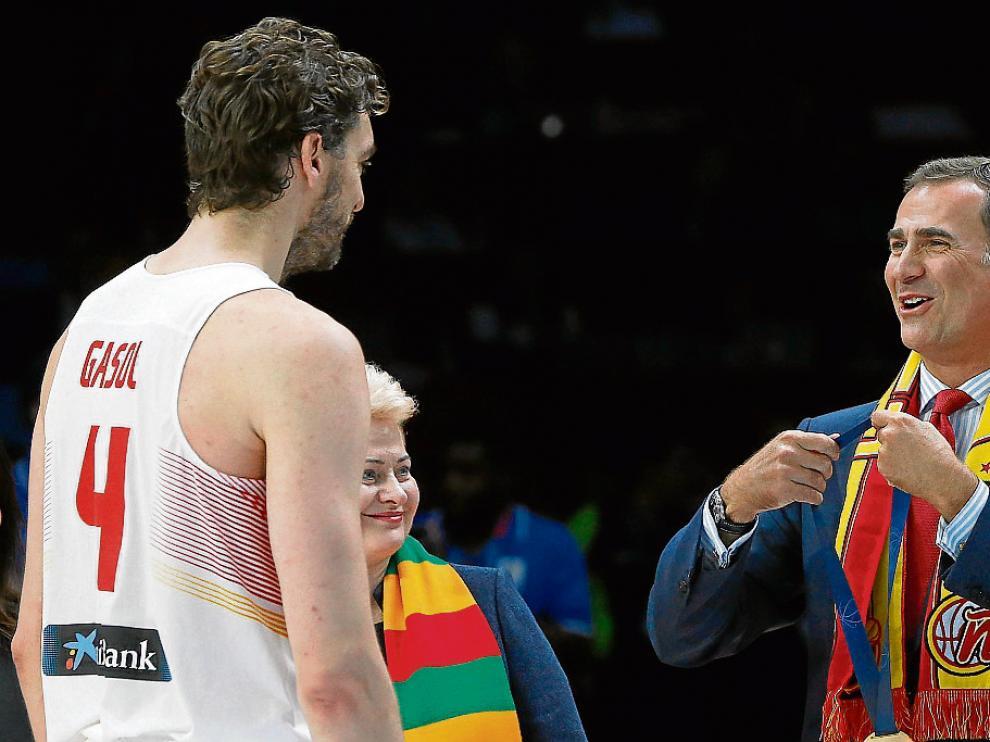 El Rey bromea con Pau Gasol antes de entregarle la medalla de oro.