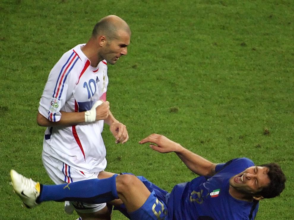 Materazzi cae al suelo después de recibir un cabezazo de Zidane