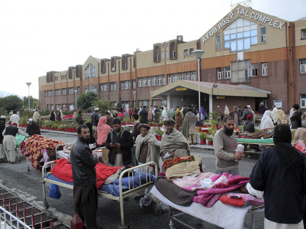 Varios paquistaníes heridos, atendidos en la calle.