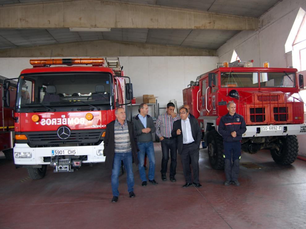 El presidente de la Diputación, Luis Rey, Alberto Abad y José Antonio de Miguel durante en una visita reciente al parque de bomberos de Almazán.