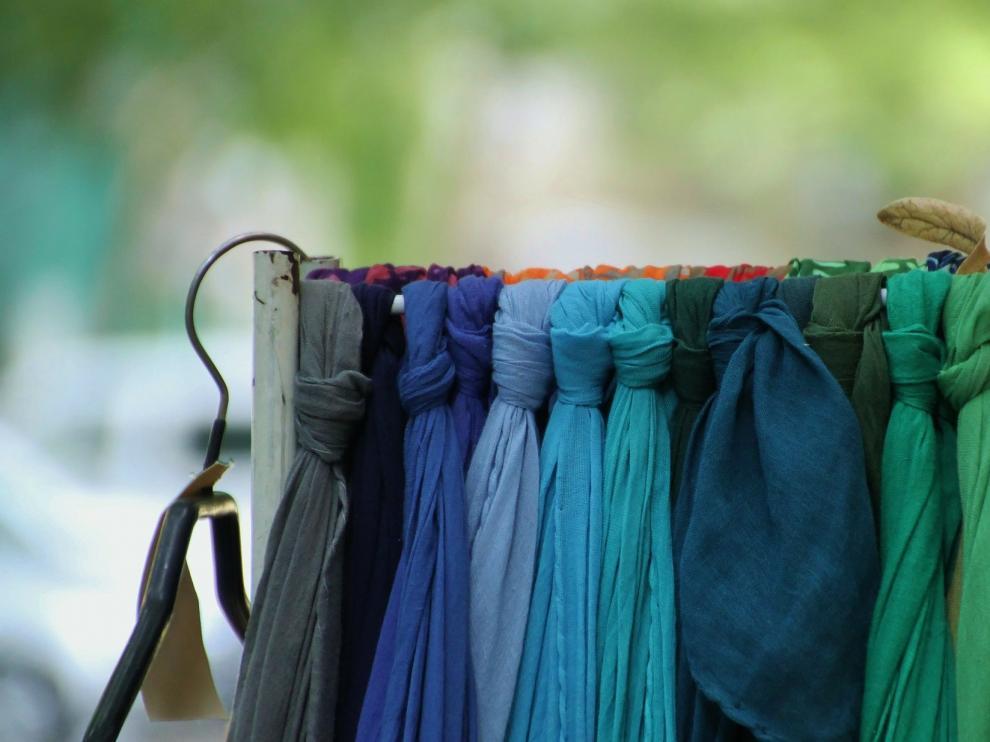 Dependiendo del estilo que se quiera lucir, la maxibufanda se puede colocar de diferentes maneras.