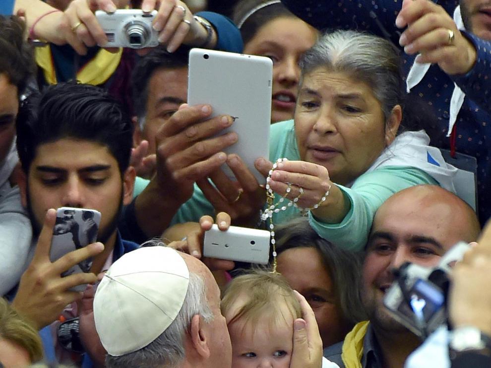 El papa Francisco arropado durante su encuentro con cerca de 5.000 gitanos.