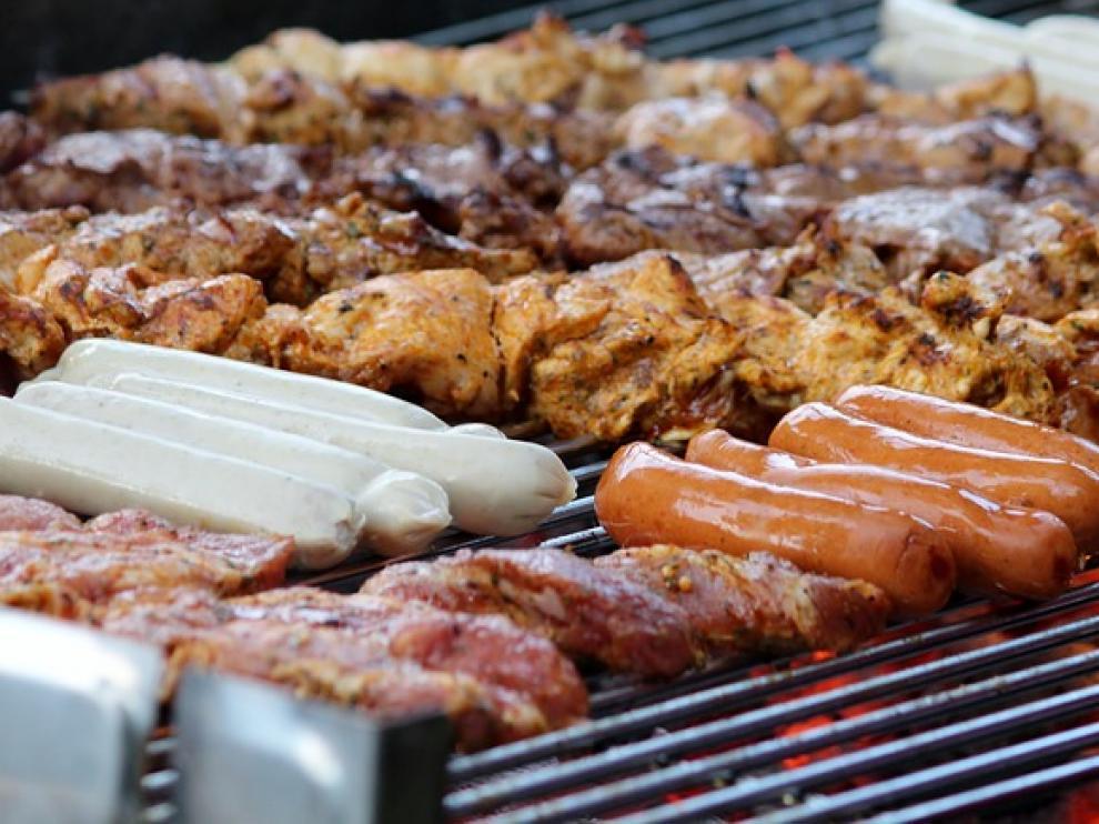 La OMS ha alertado de que comer carne procesada como salchichas, embutidos o preparaciones en conserva es carcinógeno.