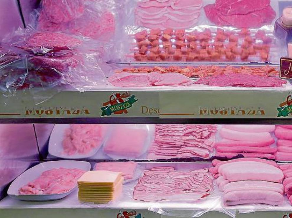 Carne procesada en una charcutería