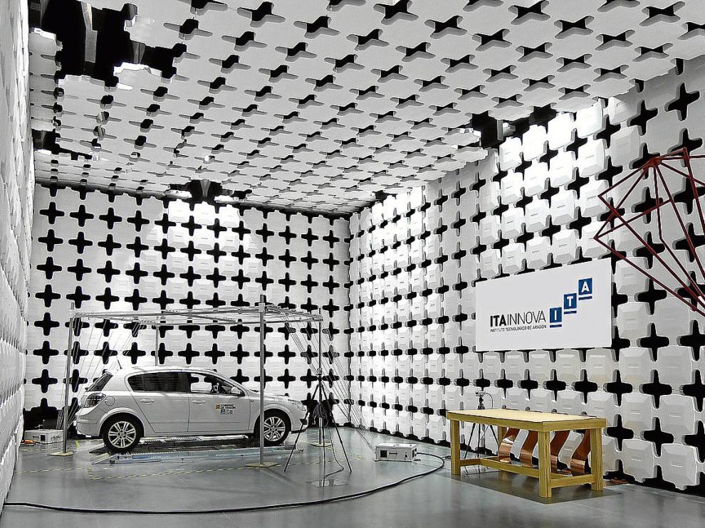 Ensayo en la cámara semianecoica del Instituto Tecnológico de Aragón.