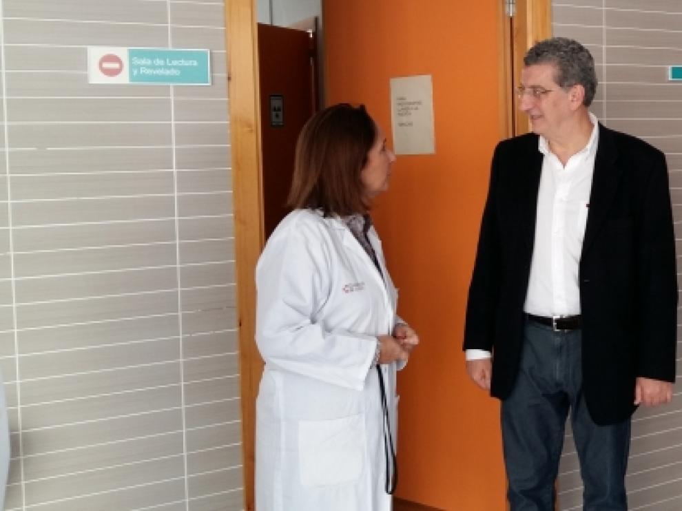 Celaya en su visita a las instalaciones sanitarias de Fraga.