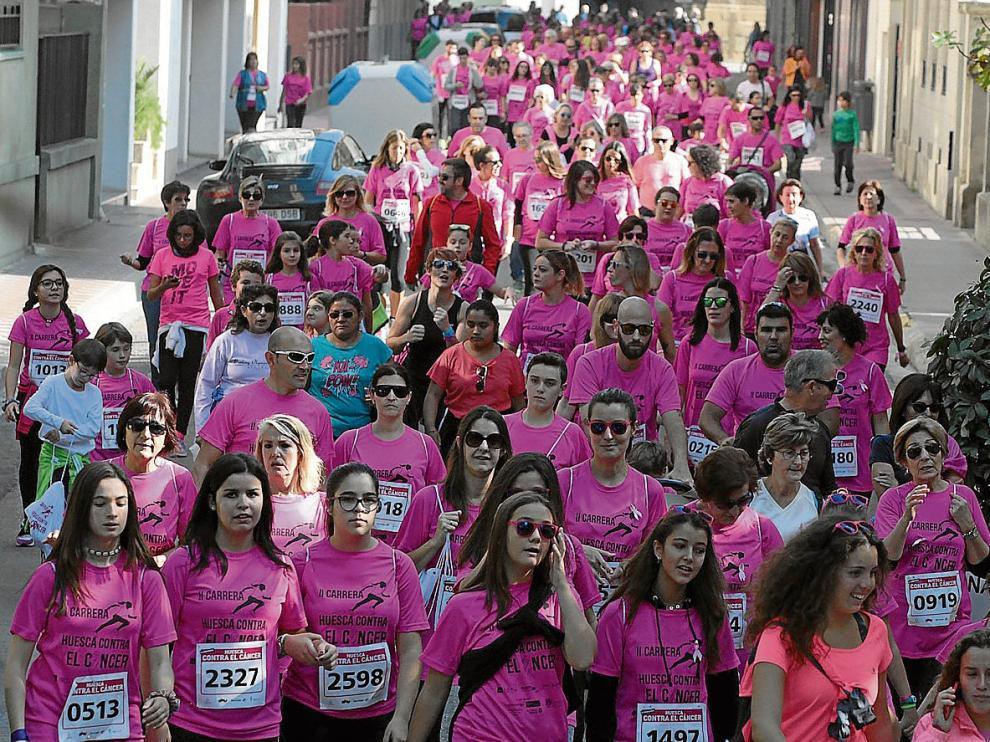 Cientos de oscenses completaron el recorrido de la prueba corriendo o caminando, llenando las calles de Huesca de solidaridad.