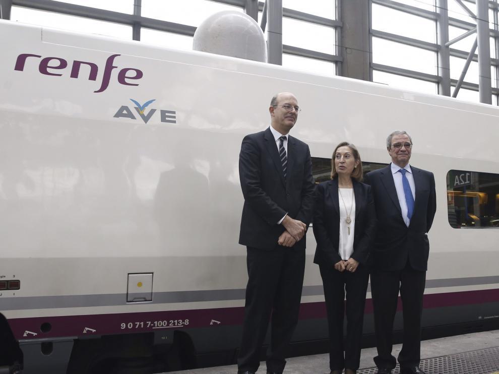 Pablo Vázquez, ana Pastor y César Alierta con el primer AVE wifi en la estación de Atocha.