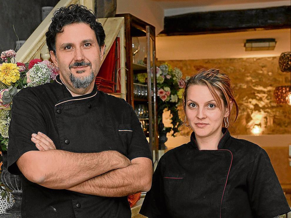 Carlos Navarro y Nicoleta Ciul, del restarante Rincón del Chorro, de Albarracín, con un plato de setas de cardo.
