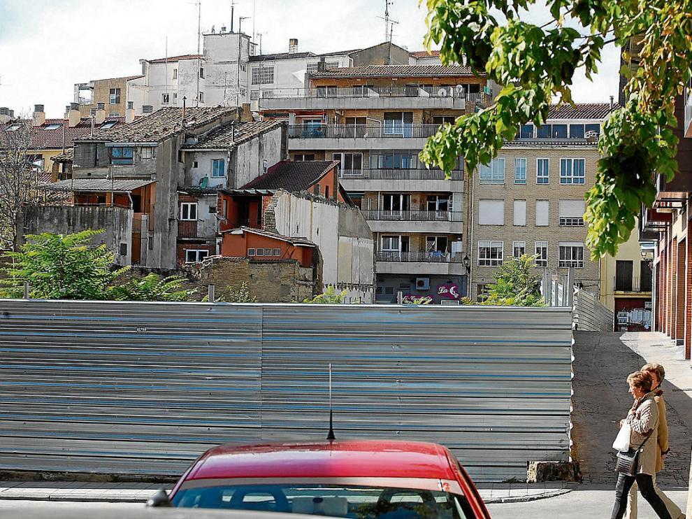 El solar de la Merced, protegido con una valla, está entre las calles de San Lorenzo y Padre Huesca.