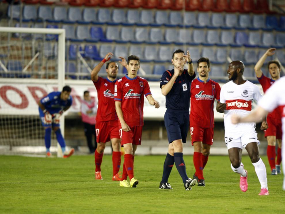 Los jugadores del Numancia protestan la decisión arbitral que significa perder dos puntos ante el Nàstic.