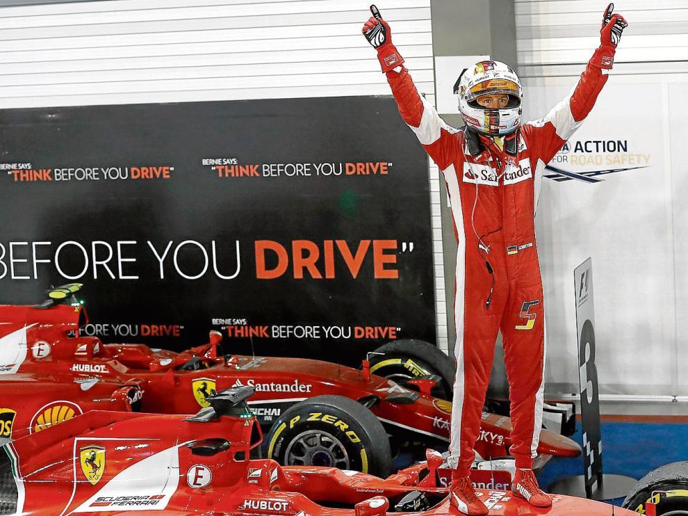 Sebastian Vettel celebra el triunfo en Singapur sobre su monoplaza.