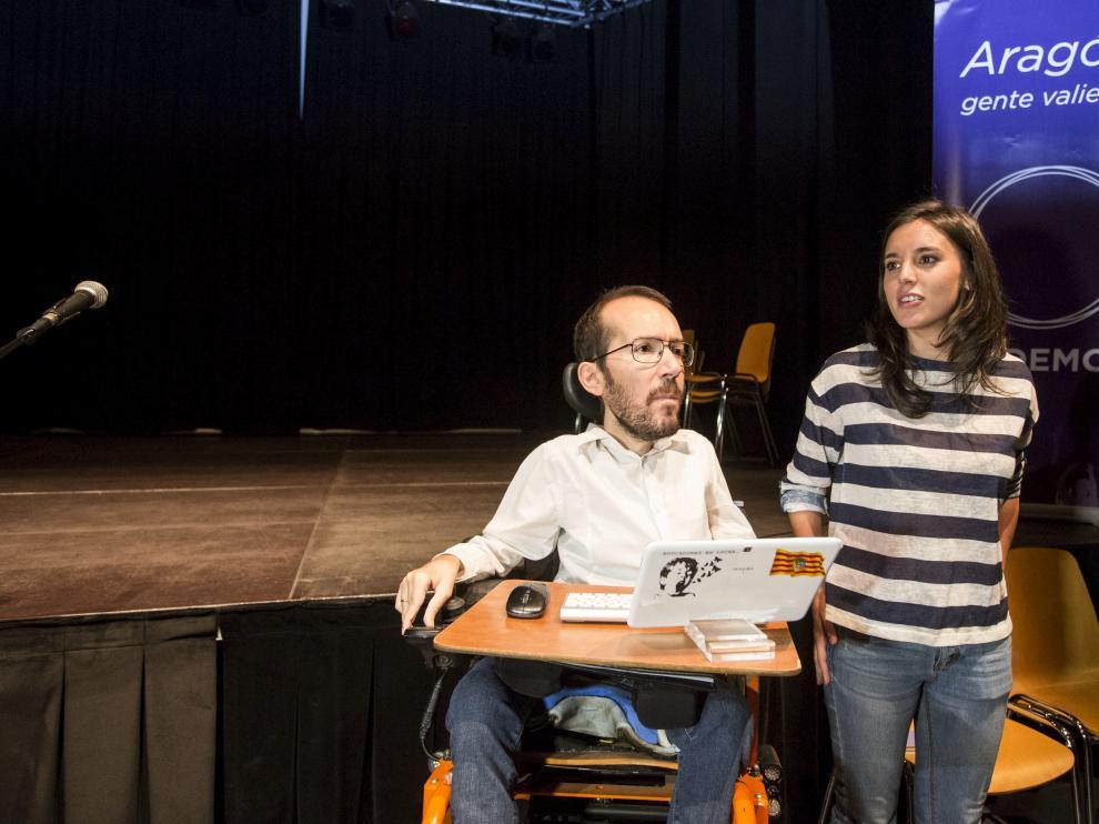 Pablo Echenique con Irene Montero durante la Asamblea en el Centro Cívico de la Estación del Norte en Zaragoza.
