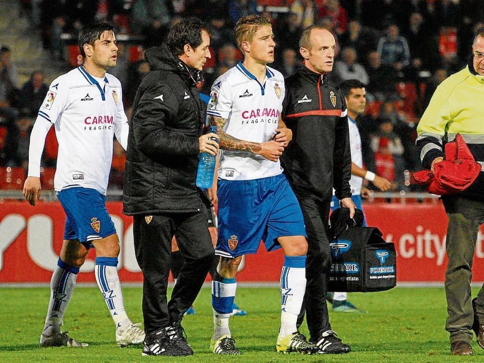 Wilk abandona el césped de Montilivi tras sufrir su lesión.