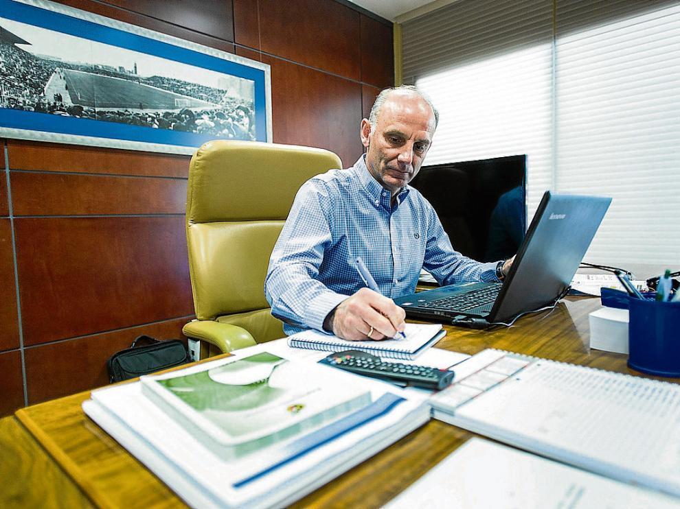 Ángel Martín González, en su despacho de la sede zaragocista en La Romareda.