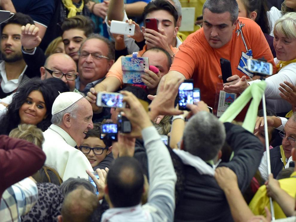 El papa Francisco (izq) saluda a los fieles a su llegada a una audiencia con cerca de 5.000 gitanos