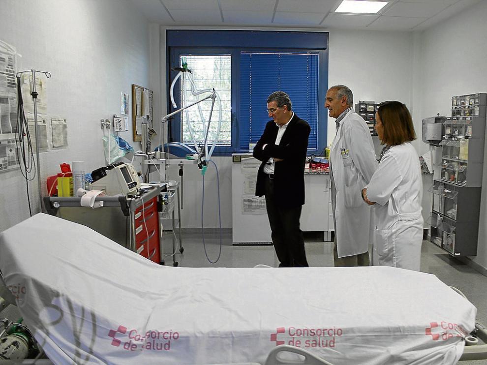 El consejero visita un box de urgencias del Centro de Alta Resolución Fraga, que se quiere mejorar.