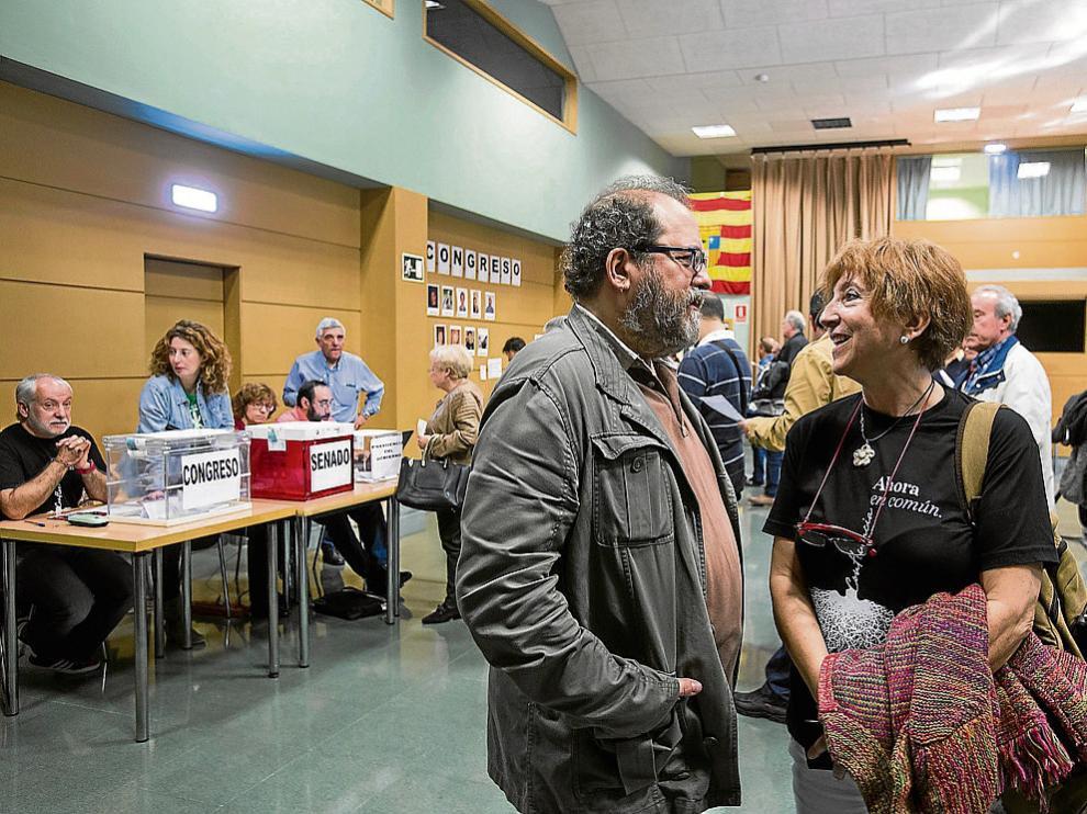 Los candidatos Chesús Yuste y Rosa Magallón hablaron ayer enZaragoza después de votar.