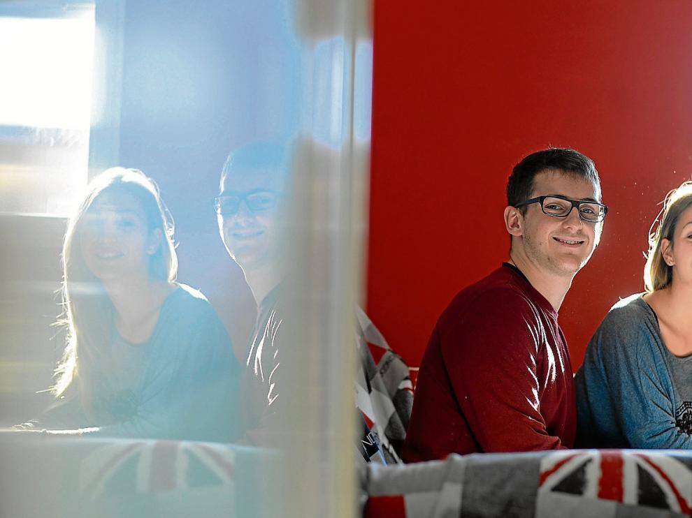 Stefano y Nicoletta, dos erasmus italianos que estudian en Zaragoza, en el salón de su casa.