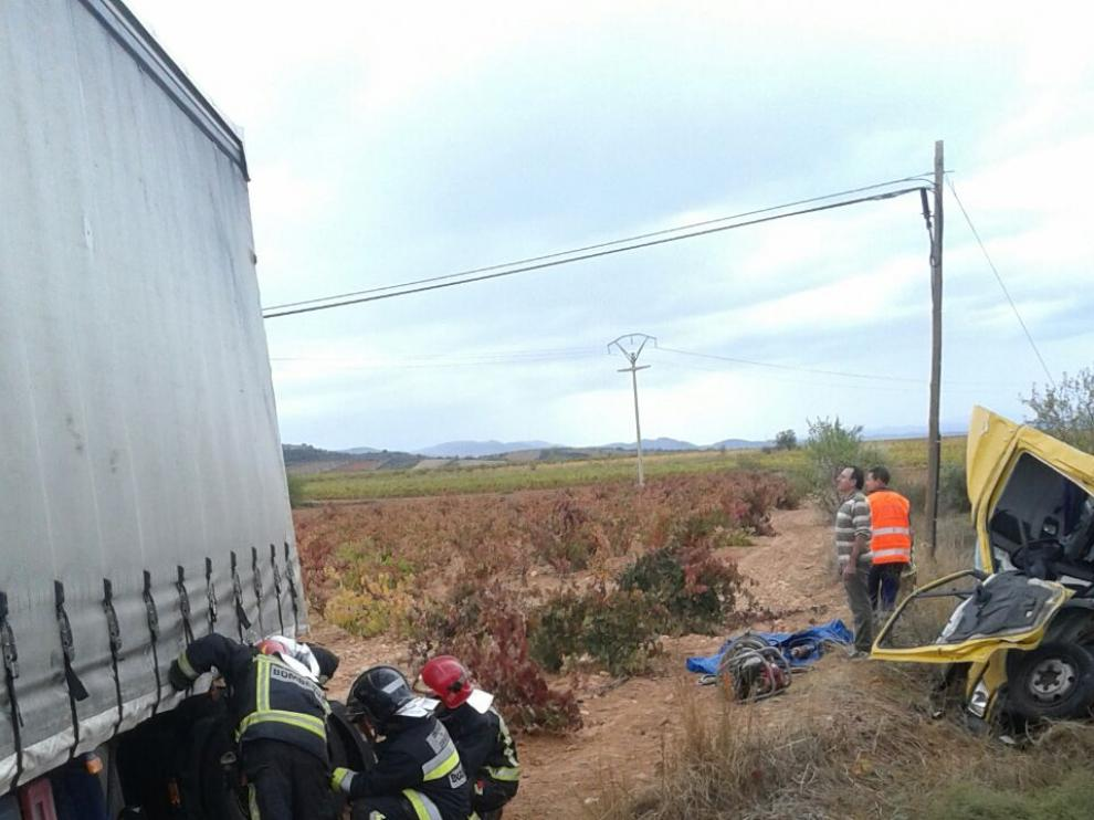 Lugar del suceso en el que han chocado un trailer y un camión de reparto.