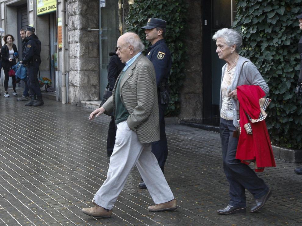 El expresidente de la Generalitat Jordi Pujol y su esposa Marta Ferrusola salen de su casa, imagen de archivo.