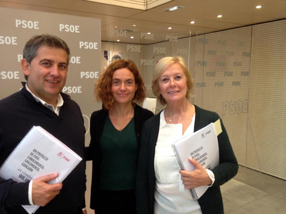 Los cabeza de lista socialistas al Congreso y Senado, Javier Antón y María Irigoyen (d), se han reunido con la coordinadora del programa electoral federal del PSOE, Meritxell Batet.