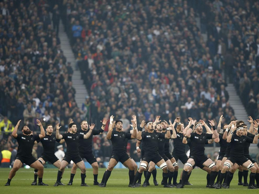Los All Blacks ejecutan su tradicional 'haka'