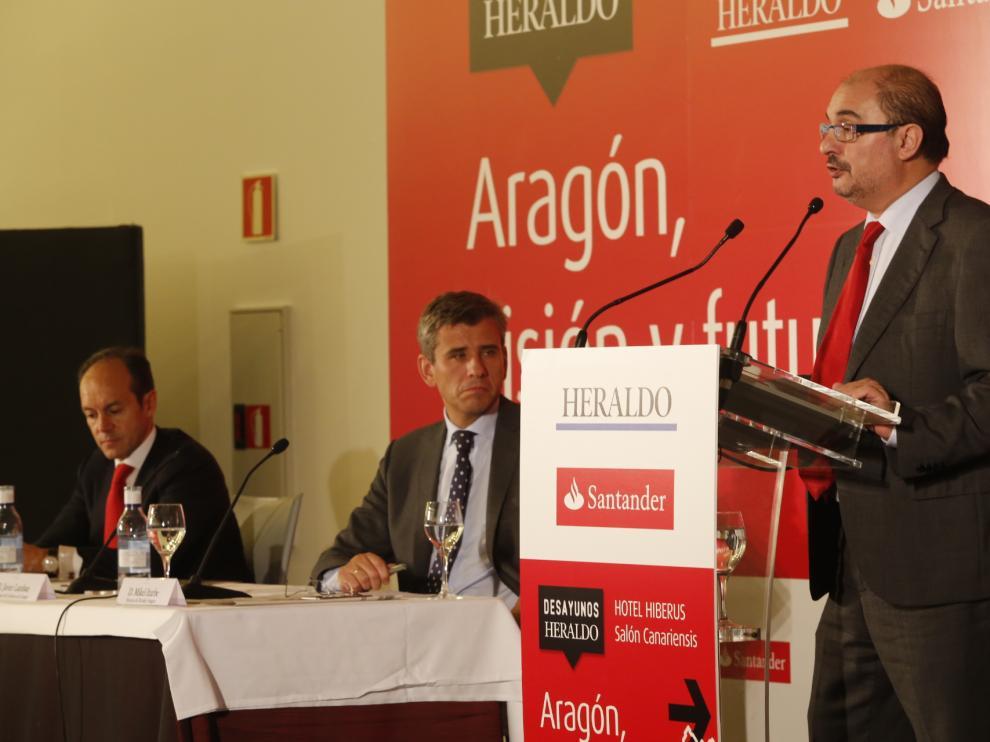 Javier Lambán, durante su intervención en el Desayuno HERALDO Santander, en presencia del director del diario, Mikel Iturbe, y el máximo responsable del Santander en España, Rami Aboukhair.
