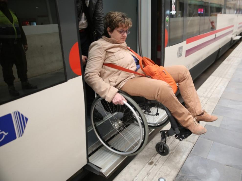Los usuarios de silla de ruedas manual critican el hueco entre el andén y el vagón