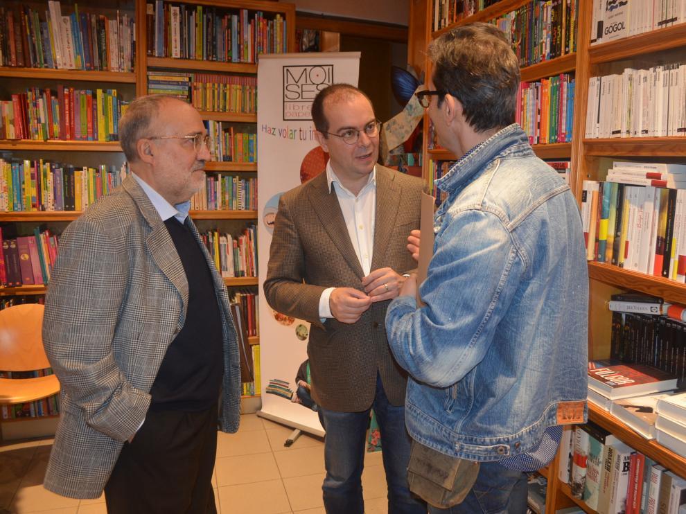 Javier Sierra en la librería Moisés de Barbastro con los escritores Antonio Abarca y Antonio Buil que le regalaron su libro sobre Julieta.
