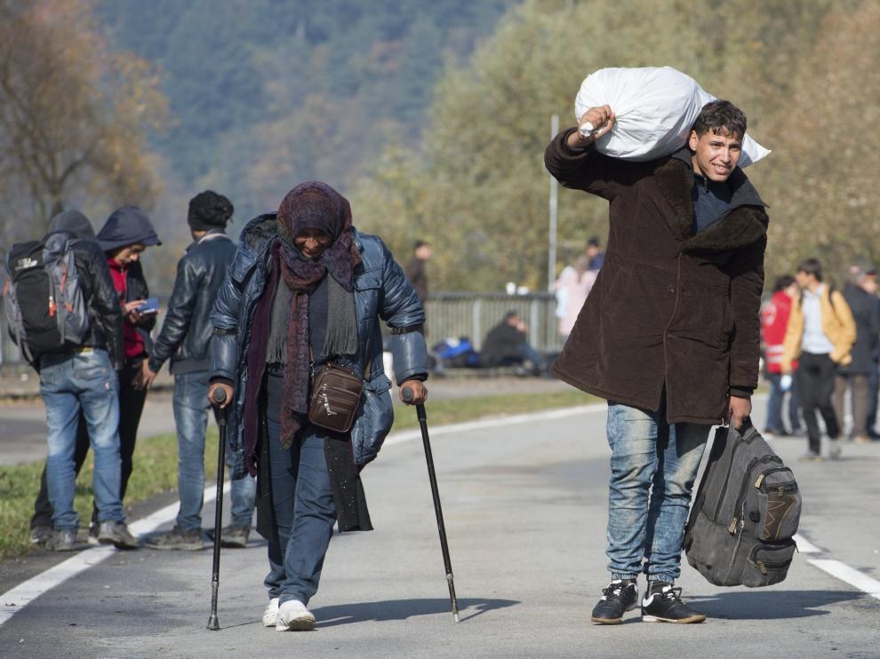 Varios refugiados se dirigen a la frontera con Austria, cerca de Passau.