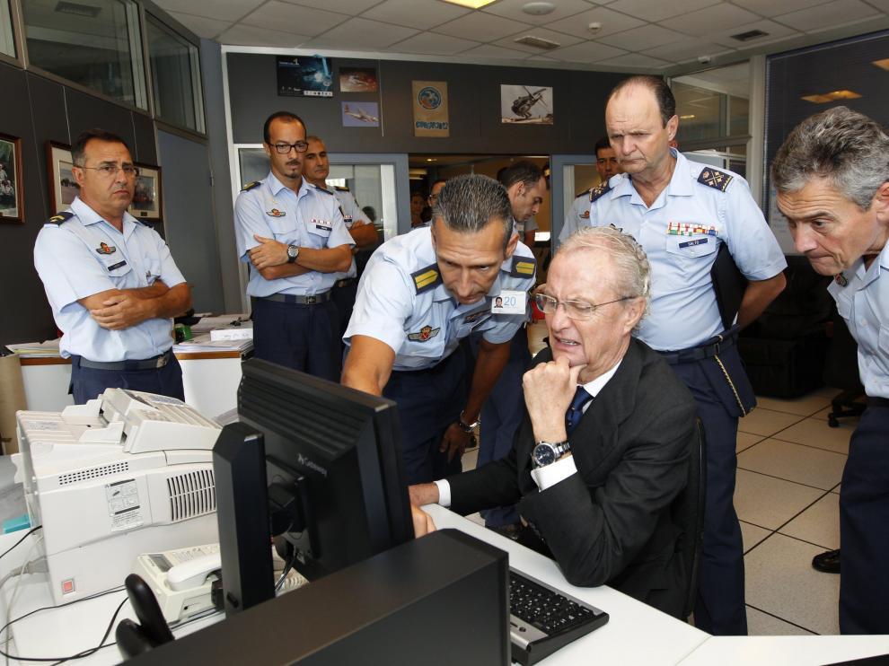 El ministro de defensa, Pedro Morenés, en el centro coordinador de salvamento.