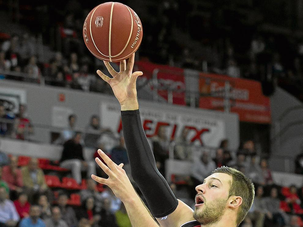 Stevan Jelovac lanza a canasta en el partido ante el Murcia.