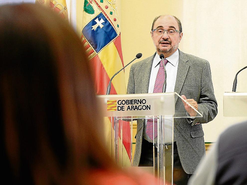 Lambán atiende a la prensa tras reunirse con el presidente de la DPT, Ramón Millán.