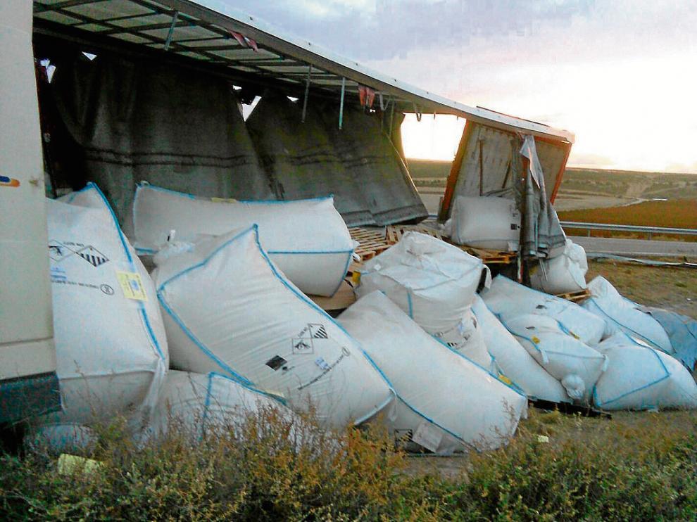 Varios sacos de Rubenamid, considerado peligroso, quedaron desparramados tras el vuelco.