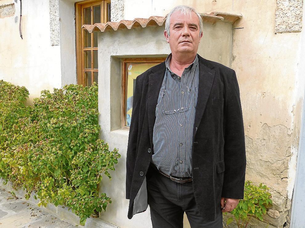 Primitivo Grasa, en la puerta del Ayuntamiento de Caldearenas.
