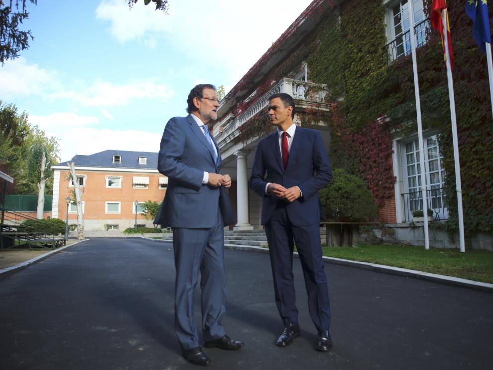 El presidente del Gobierno, Mariano Rajoy (i), y el secretario general del PSOE, Pedro Sánchez (d), se han reunido hoy en el Palacio de la Moncloa