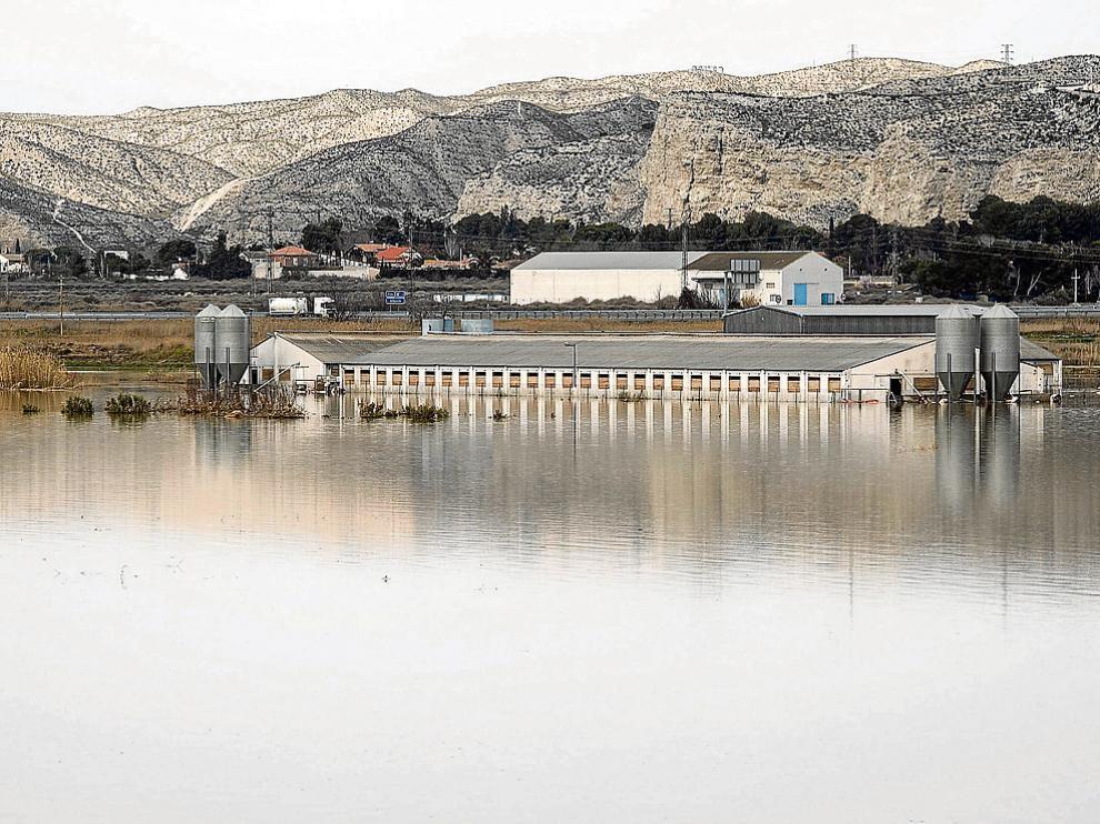 La riada del pasado marzo anegó decenas de granjas como esta de Villafranca de Ebro.