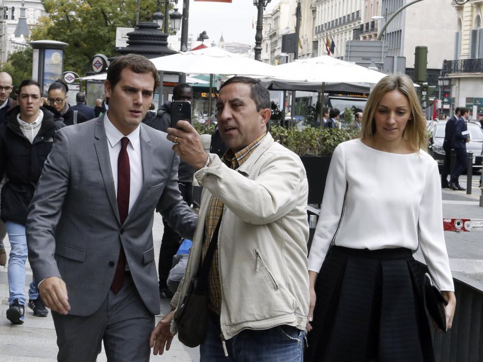 El presidente de Ciudadanos, Albert Rivera, junto a su novia Beatriz Tajuelo