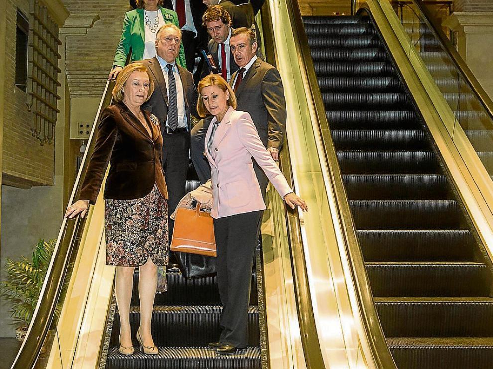 Rudi y Cospedal, a su llegada al hotel Palafox con miembros de la Junta Directiva del PP.