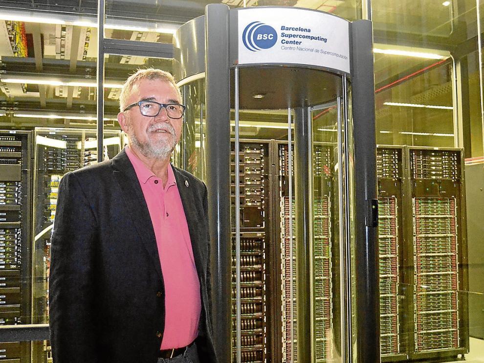 Mateo Valero, el pasado viernes, delante del supercomputador Mare Nostrum.