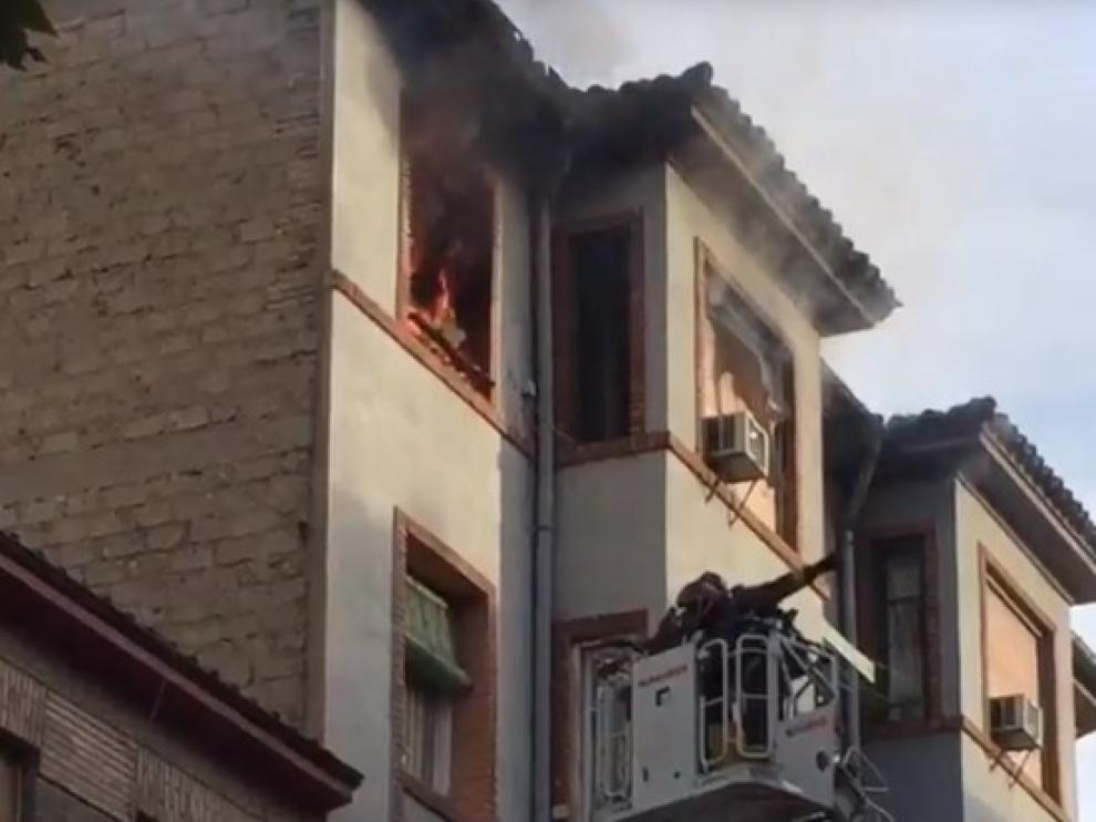Los bomberos trabajando en el incendio este jueves.