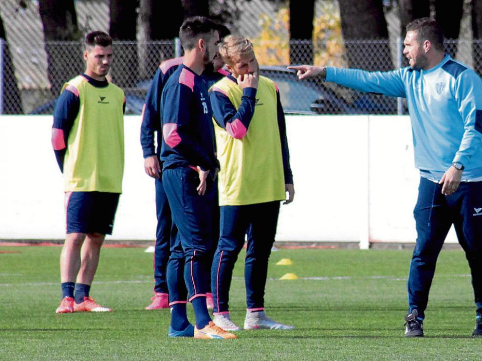 Luis García Tevenet comenzó el entrenamiento con una expresiva charla a sus hombres.